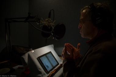 Walter L. Krochmal actor, gravando la voz para la Aplicación de la Haggadah.