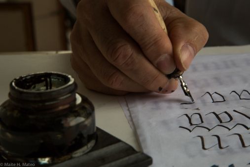 Ramón Abajo trabajando en la caligrafía de la Haggadah iluminada en su estudio de la calle 14 en Nueva York.