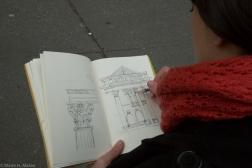Esther Pinto (española), arquitecto e ilustradora realizando un boceto de una de las sinagogas en el Uper West Manhattan, que ilustran le Haggadah digital.