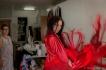 Sonia en el taller comprueba la calidad de uno de los mantones que utilizará para bailar..